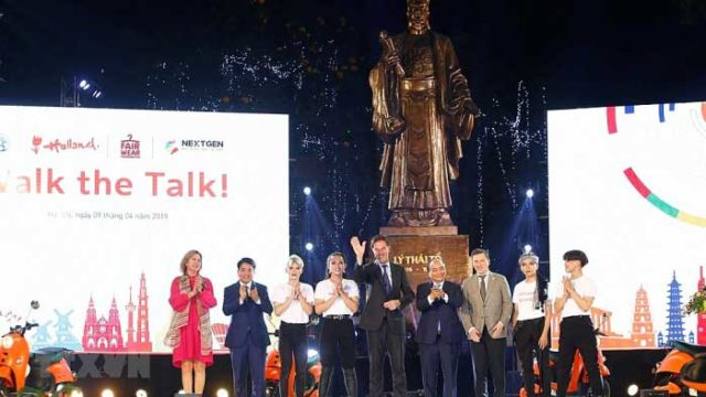 Vietnamese, Dutch PMs attend sustainable fashion show in Hanoi